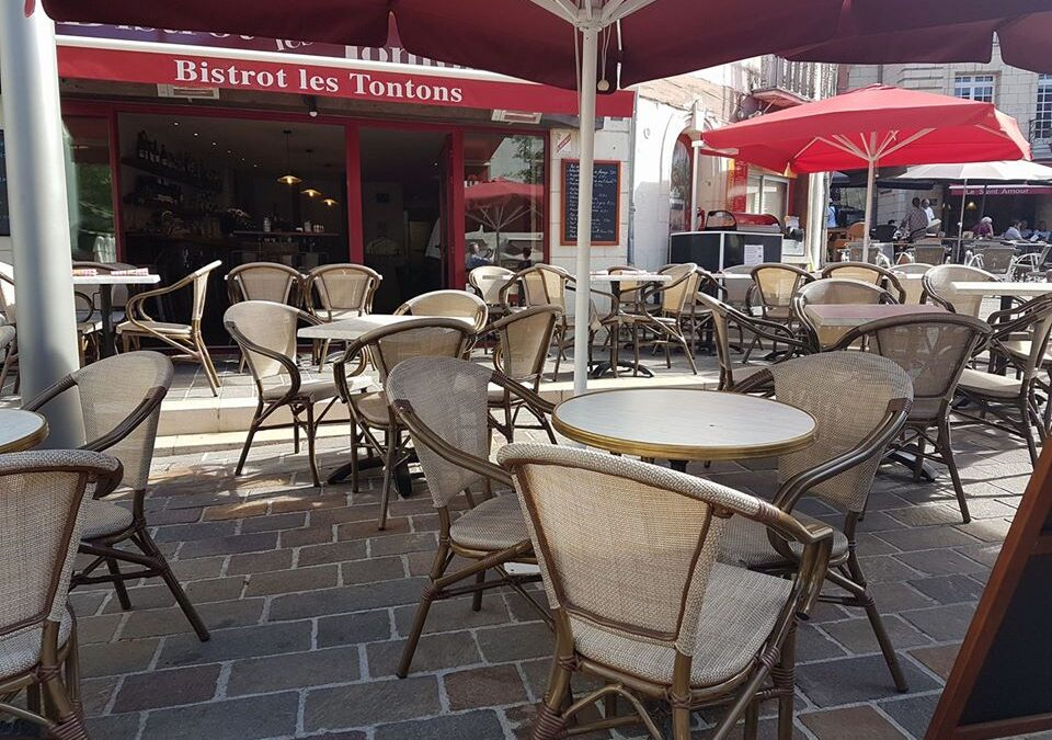 Wine Bar Bistrot Les Tontons in pretty Place Saint Pierre in Saumur